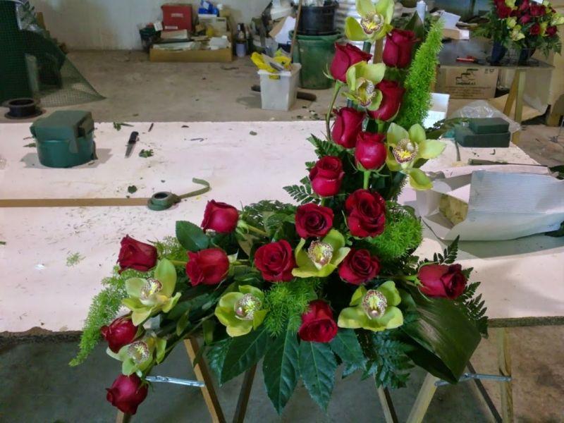 centro con rosas y orquideas