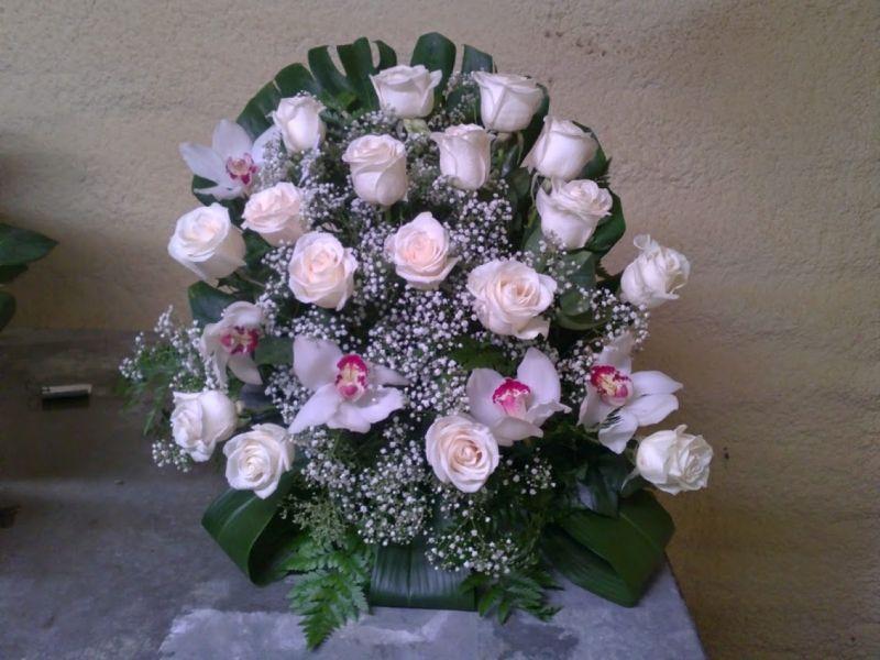 centro de rosa y orquideas con paniculata