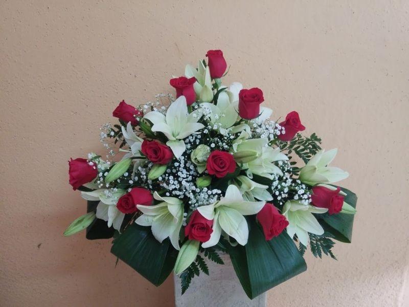 centro variado con rosas